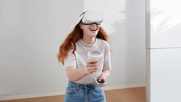 画像: Oculus Quest 2で遊ぶ場合は、ハードに付属のコントローラーを両手に持ってプレーする。