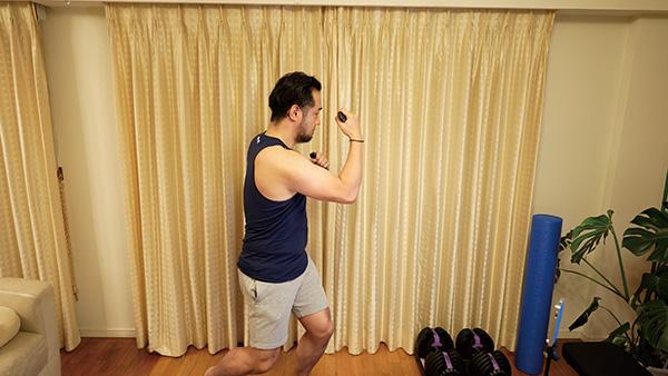 画像: パンチを打つ際に腹筋と呼吸を意識することでフィットネス効果がより高まる。インストラクターの指示に耳を傾けてみよう。