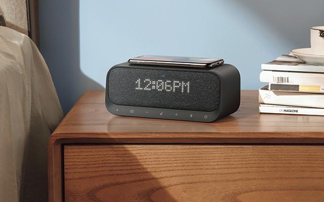 画像: LED表示は、部屋の明るさに応じて自動で調整可能。Qi対応の充電器を内蔵し、 天面にスマホを置けば充電 できる。