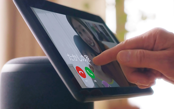画像: 約10.1型ディスプレイの解像度は1280ドット×800ドット。タッチ操作に対応し、据え置き型のタブレットの感覚で使える。