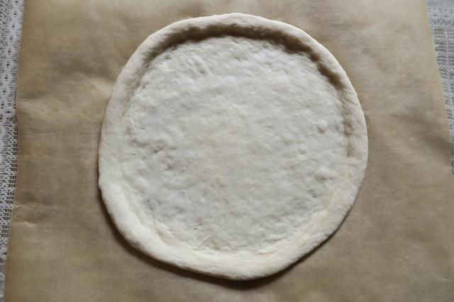 画像: 直径約20cm。生地の中心は少し薄めに伸ばし、円の端は厚めに。指を使って土手のように耳を作ると、ピザっぽさが増します。