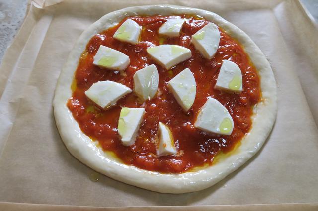 画像: 具材は、モッツァレラチーズ(50g)、バジル(5枚くらい)のみ。バジルは焼き上がってから飾ります。