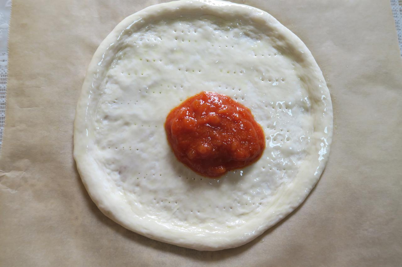 画像: 自家製トマトソースを大さじ3杯くらい、たっぷりめに使います。
