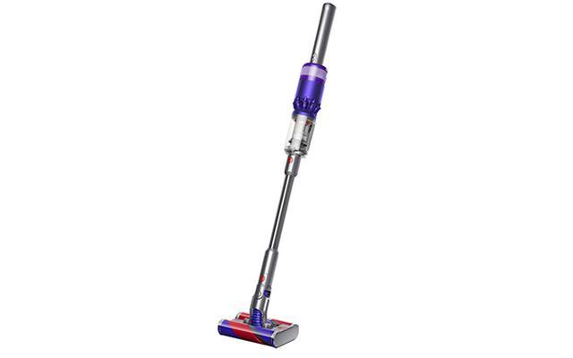 画像: 家具の下やすき間など狭小スペースの掃除がしやすいスティック掃除機。2本のローラーを搭載したフラフィヘッドが、全方向にスムーズに動く。電源スイッチは、従来のトリガー式ではなくボタン式を採用。フル充電のエコモードで最大20分稼働する。