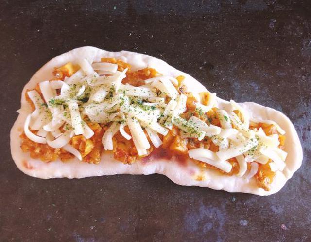 画像: ナンにカレーとピザ用チーズをのせて焼くだけ。
