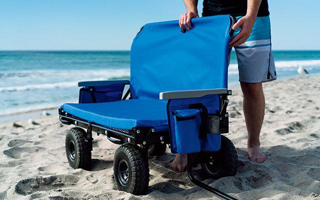 画像: 荷物を下ろして座面を倒せばベンチに早変わり。耐荷重200キロなので、複数人でも座れる。