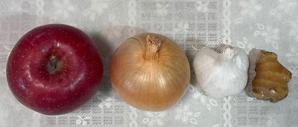 画像: 自家製タレの主材料(甘口タイプ)は、りんご、玉ねぎ、にんにく、しょうが(玉ねぎ、にんにくは辛口タイプも共通)。