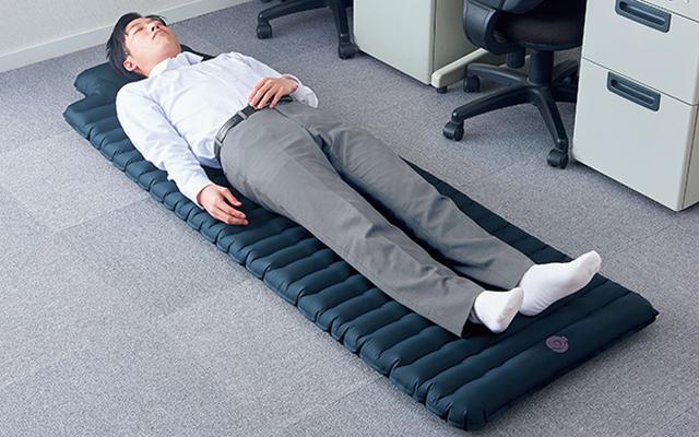 画像: 踏むだけで膨らむ! 災害時のオフィスや避難先で使えるポンプ内蔵型のエアーマット