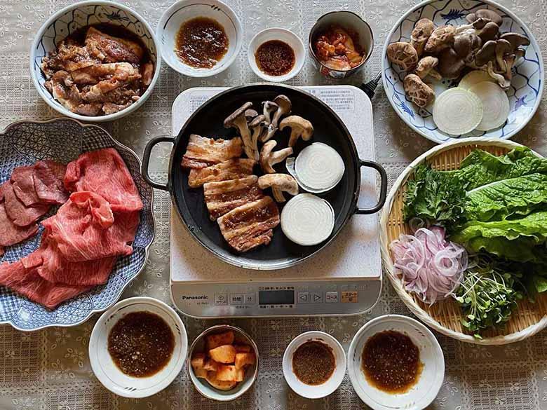 画像: 牛肉、豚肉、焼き野菜、生野菜、キムチなどなど。焼肉パーティは食卓のテンションが上がります!