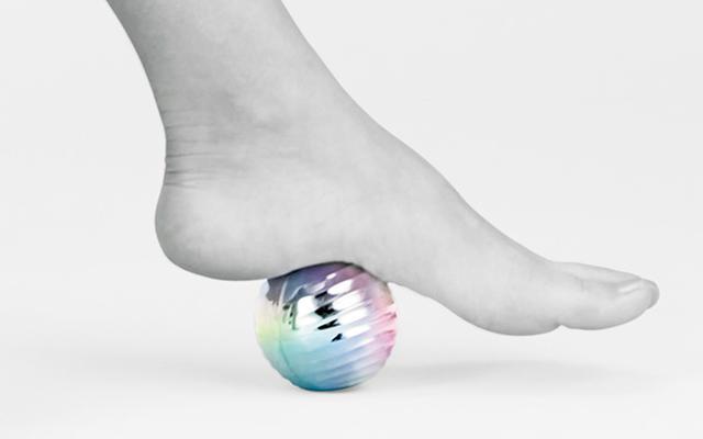 画像: 体の下で転がしたり、足の裏で踏んだりなど、体の気になる部位にピンポイントで刺激を与えることができる。