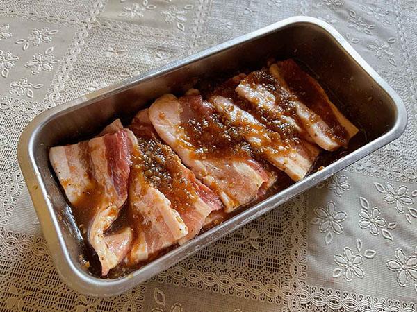 画像: 肉厚な豚バラ肉、トントロなど、いろんな部位を混ぜて漬け込みました。鶏肉を食べやすい大きさに切って漬け込んでも美味しいです。