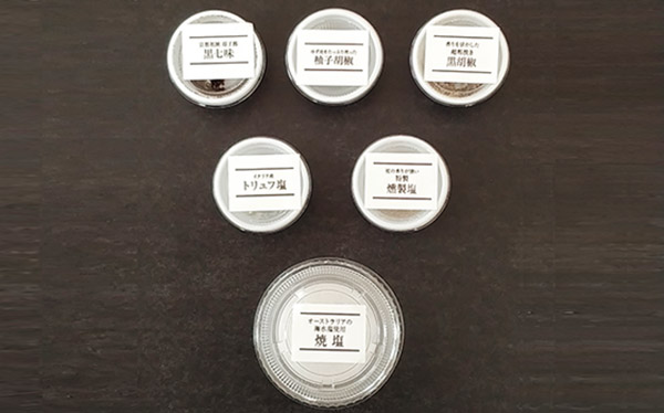 画像: 各部位に合った薬味も5種類(柚子胡椒、黒七味、黒胡椒、トリュフ塩、燻製塩)付属。 焼塩は焼く前に振る 。