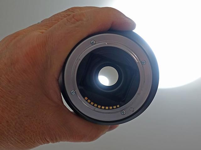 画像: レンズ内のクモリやカビやゴミなどは、マウント部側から照明近くにかざしてチェックする。