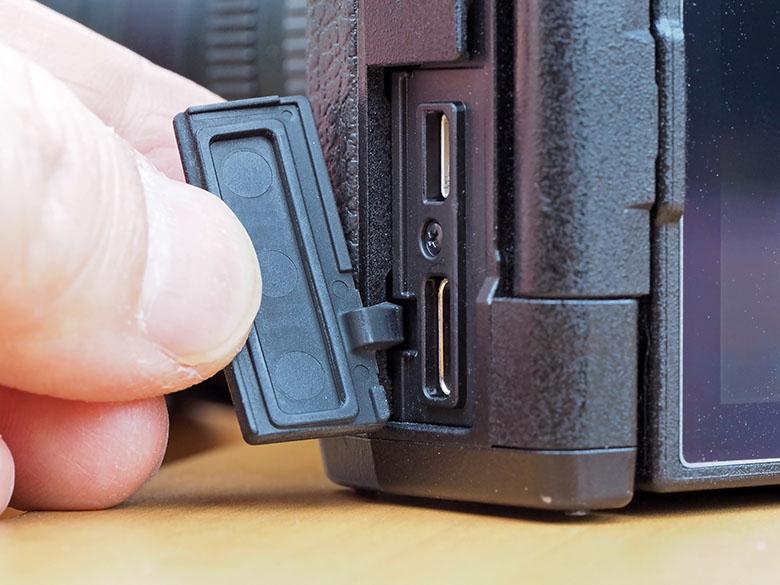 画像: 接続端子のカバーの有無や、それが確実に閉まるかをチェックする。特に、防塵・防滴タイプのカメラは要チェック! この部分に問題があると、防塵・防滴性能が損なわれるのだ。