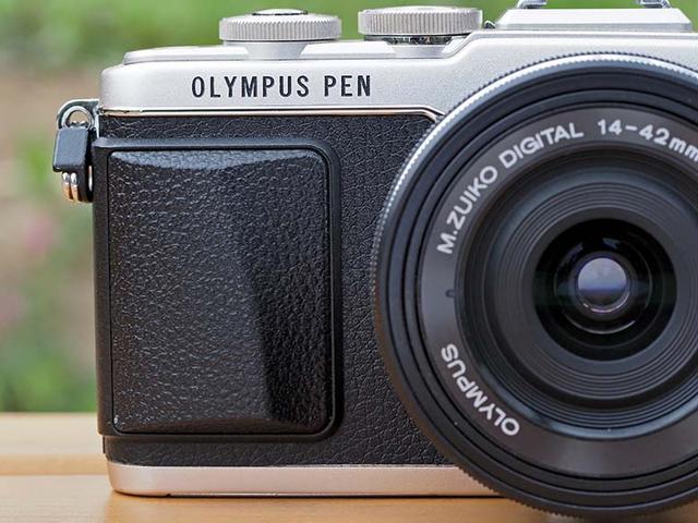 """画像: 販売されて年月が経ったカメラだと、ボディ前後の外装合皮(張り革)が劣化して""""べたつき""""が生じている商品もある。撮影上は問題なくても生理的には不快な部分なので、べたつきの有無や程度の見極めは必要だろう。"""