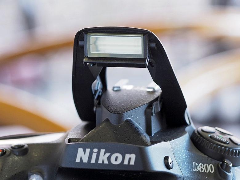 画像: 内蔵フラッシュを搭載しているカメラでは、それが問題なく発光するかをチェック。また、その際(フラッシュ撮影時)の露出レベルに問題がないかもチェックする。
