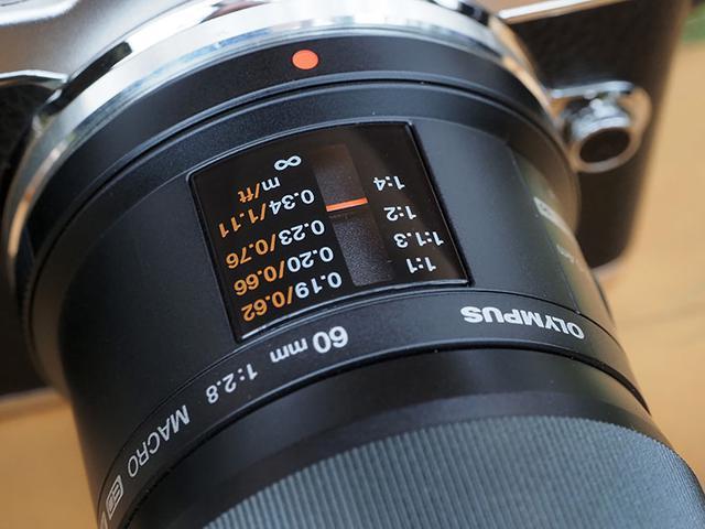 """画像: レンズによっては、ピント位置を示す""""撮影距離の小窓""""を装備している製品もある。そこの透明カバーに、割れや大きな擦りキズはないか?"""