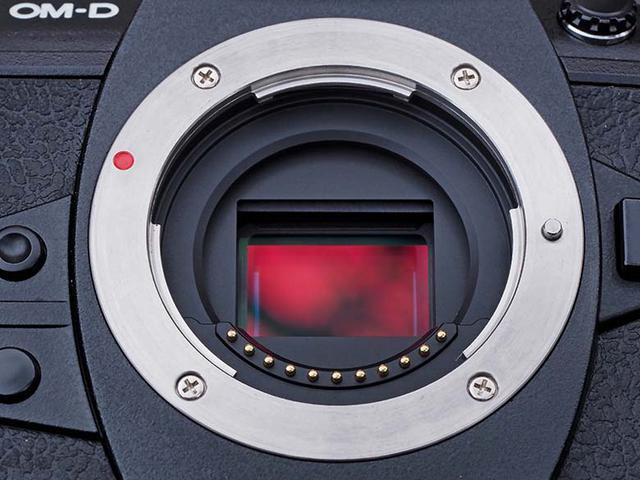 画像: 撮像センサー周りの状態は、写りに大きな影響を与える重要なポイント。それだけに、この部分に問題がある商品は、値札の備考欄にその旨が記載されている事が多い。