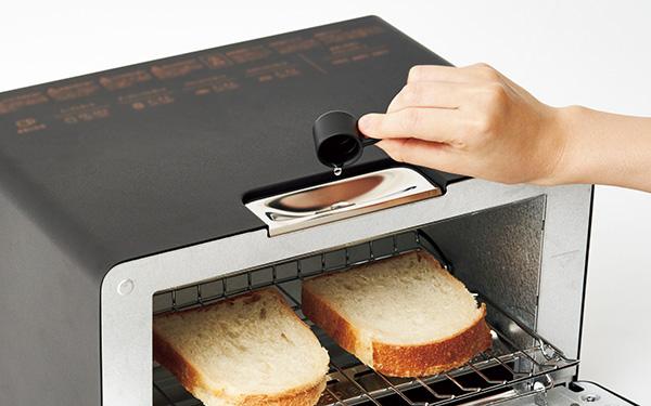 画像: 使用前に付属の5㏄カップを使って、天面の給水口から水を注入。運転時は薄い水の幕がパンの表面を覆い、水分や油分、香りを中に閉じ込める。