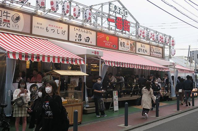 画像: 横浜駅西口の繁華街、帷子川(かたびらがわ)近くの中洲のようなエリアにあり、テークアウトコーナーを設ける店があるなど、店の賑わいを増している。