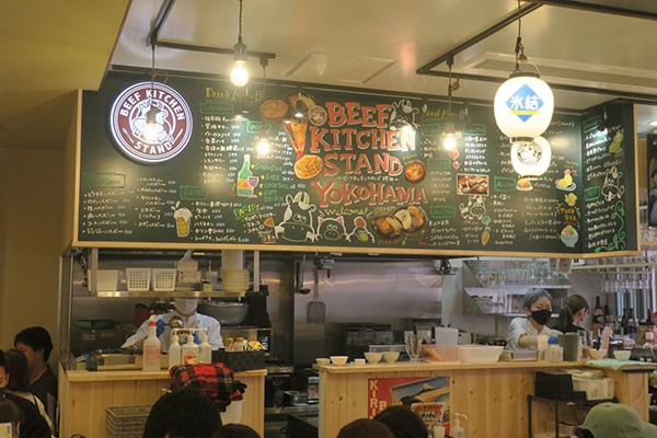画像: 「横浜西口一番街」をプロデュースした奴ダイニングの店舗。大きな黒板で「バル」であることをアピールしている。