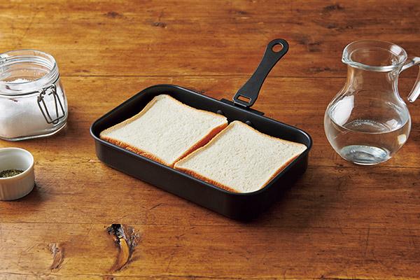 画像: ②網にパンを並べてふたをする。