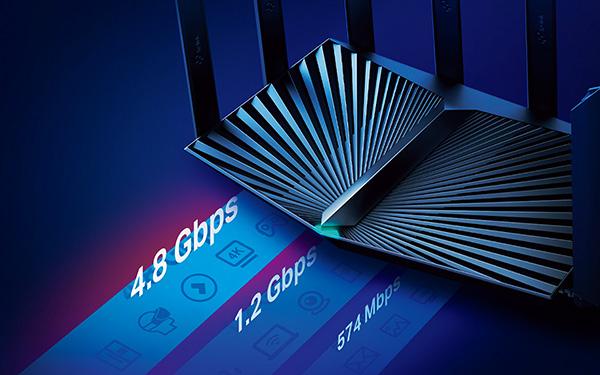 画像: 4804Mbps、1201Mbps(5Gヘルツ)、574Mbps(2.4Gヘルツ)という三つの電波帯を使うトライバンド機。対応機器を用意すれば、メッシュWi-Fiも組める。