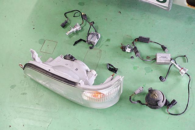 画像: 分解したヘッドライト部分。元オーナーが取り付けたLEDは真っ黒になっていました。