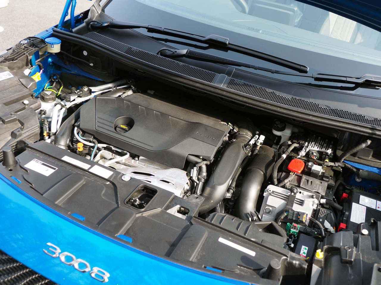 画像: エンジンルーム内はガソリンエンジンと電気系ユニットで埋まる(写真:GTハイブリッド4)