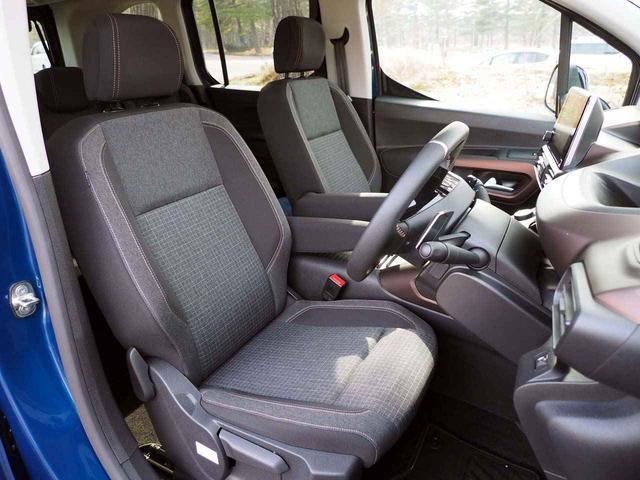 画像: 前席シートは高めの配置により優れた前方視界を確保した