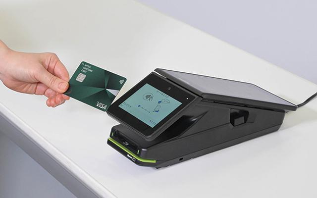 画像: 端末はタッチ決済対応ながら、カードを差し込む従来型の支払いでも使える。