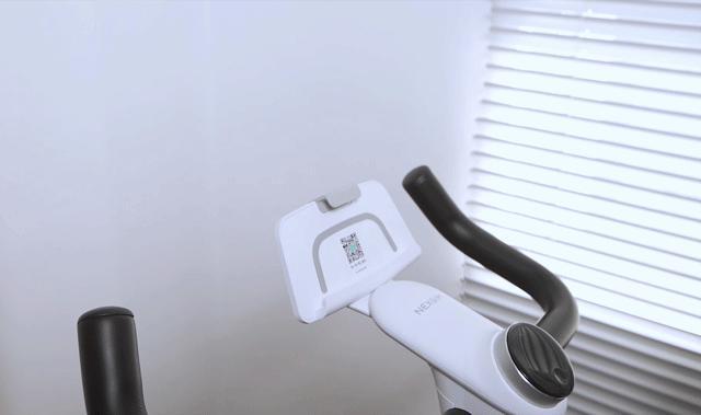 画像: スマホやタブレットはゴムを伸ばして固定できます。 www.makuake.com