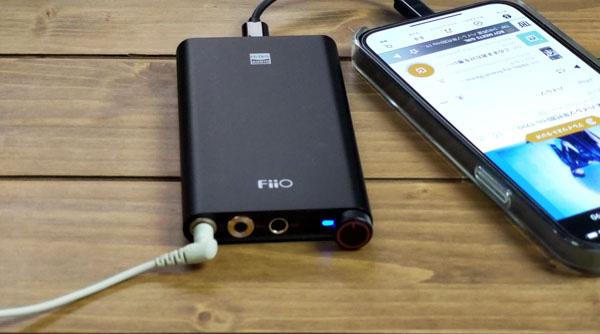 画像: DACのイヤホン端子にイヤホンを差し込んでスイッチを入れる。