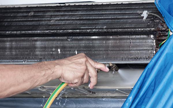 画像: 日ごろの掃除の手間は大幅に省けるが、数年ごとの大がかりな掃除は必要。自分でやるよりエアコン清掃業者に依頼したほうがいい。