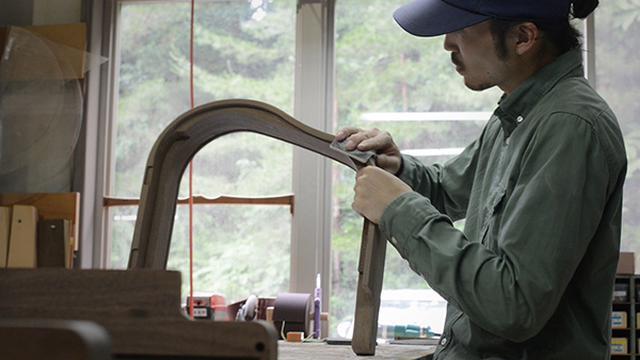 画像: 1台1台家具職人の手によって丁寧に作り上げられている