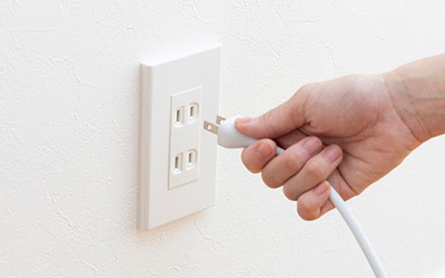 画像: 現在の家電の待機電力は極めて小さいので、コンセントを抜く必要はない。季節家電は安全性の面からも、使わない時期にコンセントを抜くほうがいい。