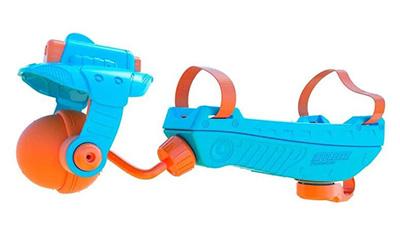 画像: 腕に装着する水鉄砲。