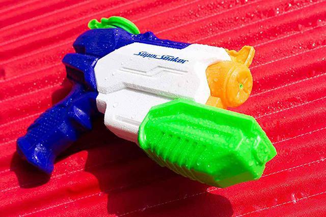 画像: スーパーソーカーの現在の最小モデル。銃身下部の緑色のグリップが押し込みレバーになっている。