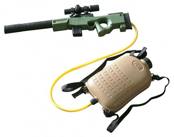 画像: 実銃っぽいリアルな造形だが、サイズは子供用。タンクを背負うベルトは、大人でも使える長さがある。