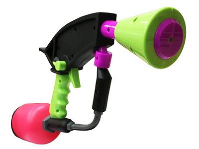 画像: ゲーム本編の、銃の後方にペンキを発射して高速移動する「スライド」を再現できるように、銃の前後に発射口があり、レバーで切り替えできる。2丁セット。