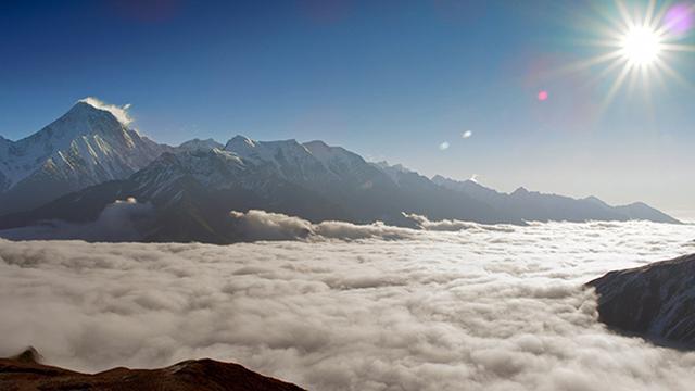 画像: ミニャコンカ山(7556メートル)チベット・ミニャ族の言葉で「ミニャの白雪」という意味。雲海の下に色彩に満ちた暮らしがある。 ©️NHK/北京テレビ