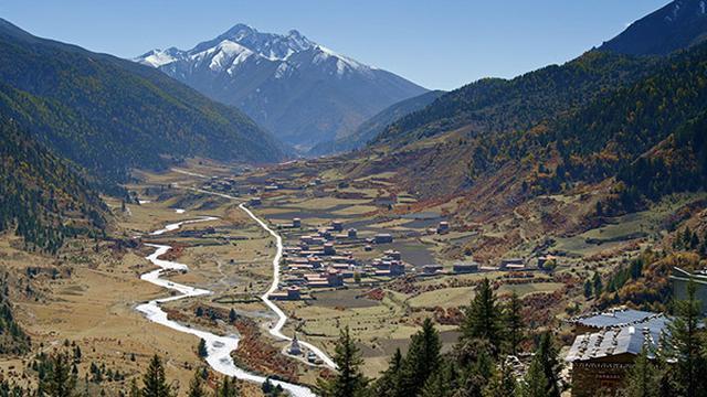 画像: ミニャコンカ山のふもと、チベットミニャ族の村。 ©️NHK/北京テレビ