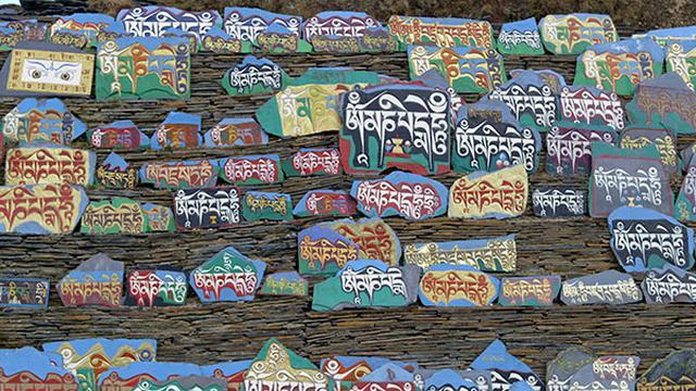 画像: マニ石はチベット仏教を信じる人々が奉納する石版で、罪を浄化する真言が記されている。 ©️NHK/北京テレビ