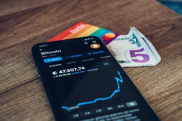 画像: ビットコイン以外の通貨をアルトコインと呼ぶ。(写真はイメージ/unsplash)