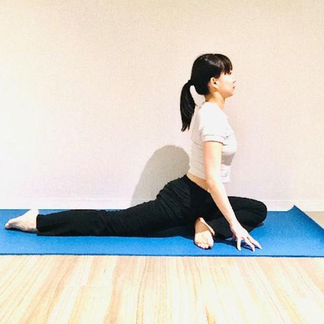 画像: 左足のひざを両手の間に入れる。