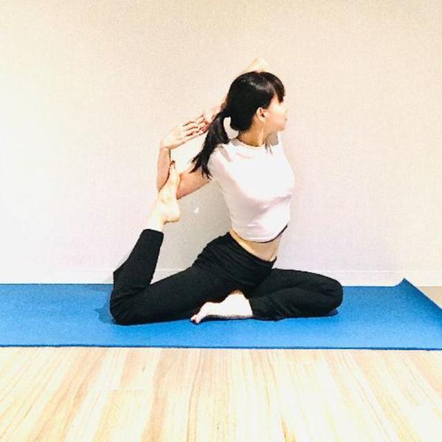 画像: ここまでやるには全身の柔軟性が必要。