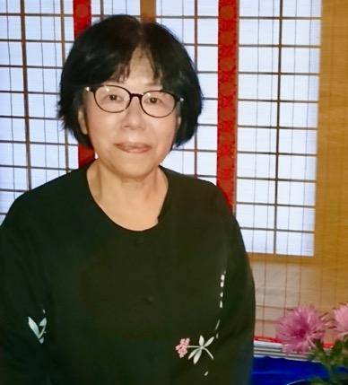 画像: 青山佐喜子先生。博士(学術)・管理栄養士・製菓衛生師・食生活アドバイザーで、短期大学の食物栄養学科などで長年にわたり多くの栄養士を育ててこられました。