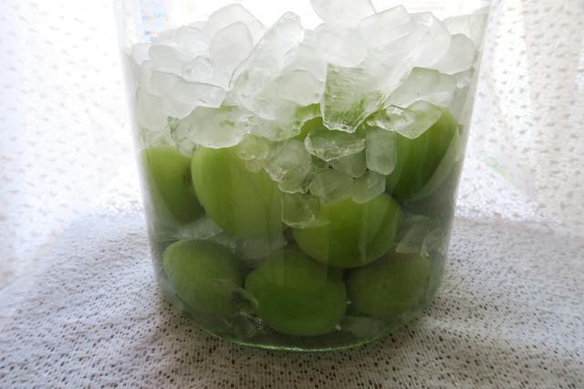 画像: 青梅と氷砂糖を交互に入れる方法もあります。青梅に氷砂糖でフタをする感じで入れてください。