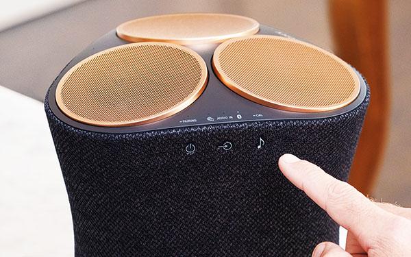 画像: ステレオ音源もサウンドモードボタンで3Dサウンドふうに再生可能。操作ボタンはタッチ式。別の面には再生や音量調節ボタンも装備。