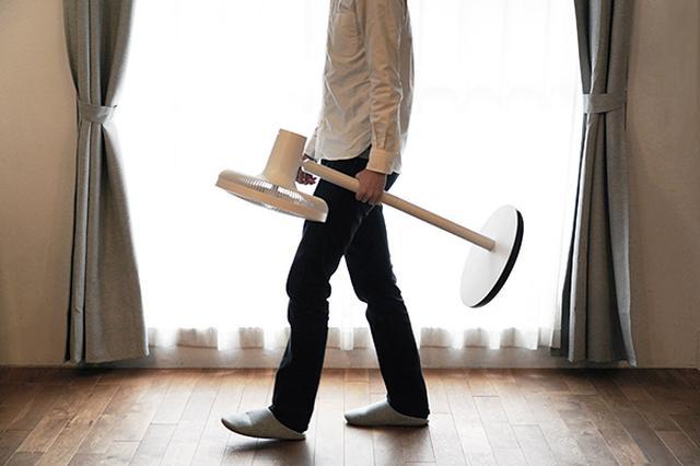 画像: コードレス設計かつ2.6キロの軽さなので、部屋から部屋へ、片手で楽々と持ち運びができる。